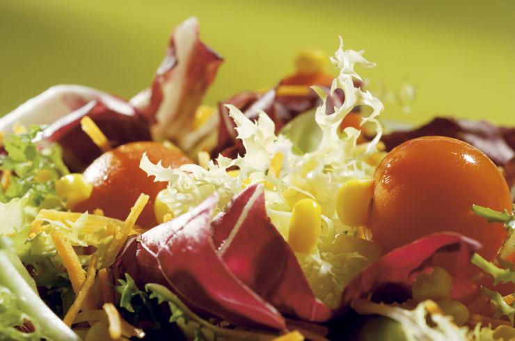 ensalada dieta mediterranea con aceite